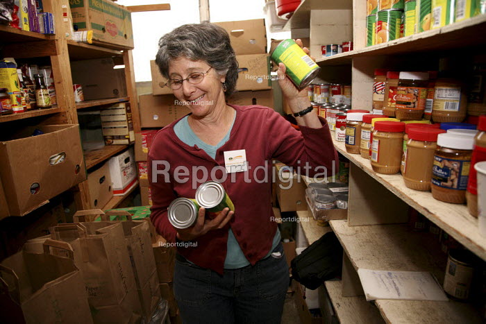 Volunteers at the Friends Church distribute food to hungry people at Berkeley Food Pantry. California USA - David Bacon - 2009-09-11