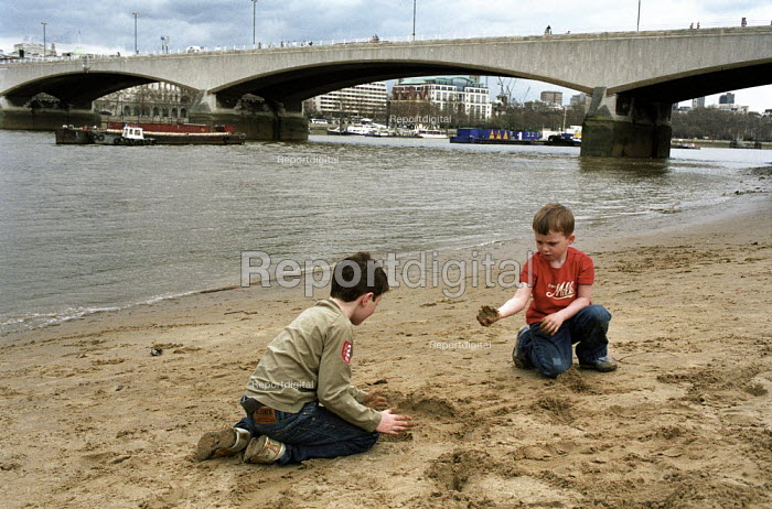 Children playing on a sandy beach beside the river Thames , London - Duncan Phillips - 2006-04-02