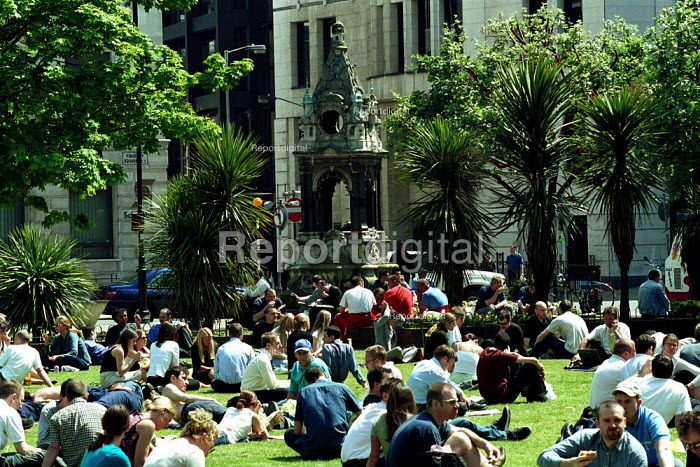 City Workers enjoy lunch in the sun Finsbury Square London - Duncan Phillips - 2002-05-21