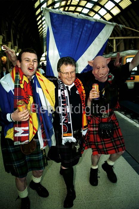 Scotland Fans Kings Cross Station - Duncan Phillips - 1999-09-15