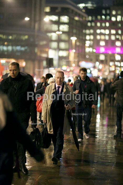 City workers heading to the station, London Bridge, London. - Duncan Phillips - 2012-01-24