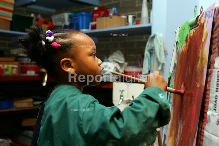 Child painting in Nursery Class. - Duncan Phillips - 2005-12-07