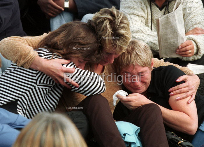 Mourners at Diana Princess of Wales Funeral, London. She was killed in a car accident. - Duncan Phillips - 1997-09-06