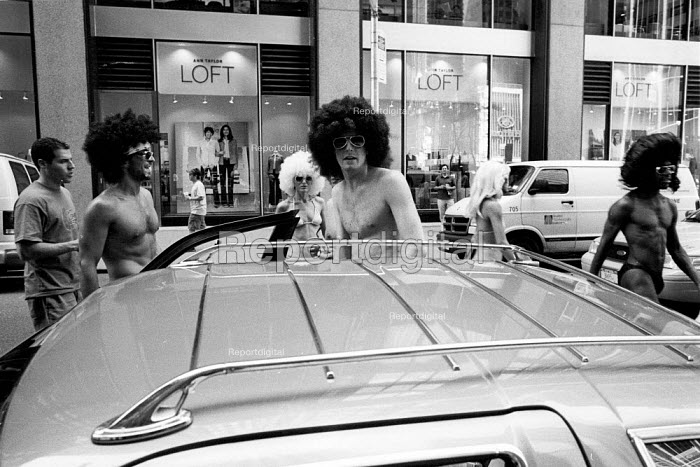 Man in Afro wig getting into a car. New York City, USA - Duncan Phillips - 2002-08-13
