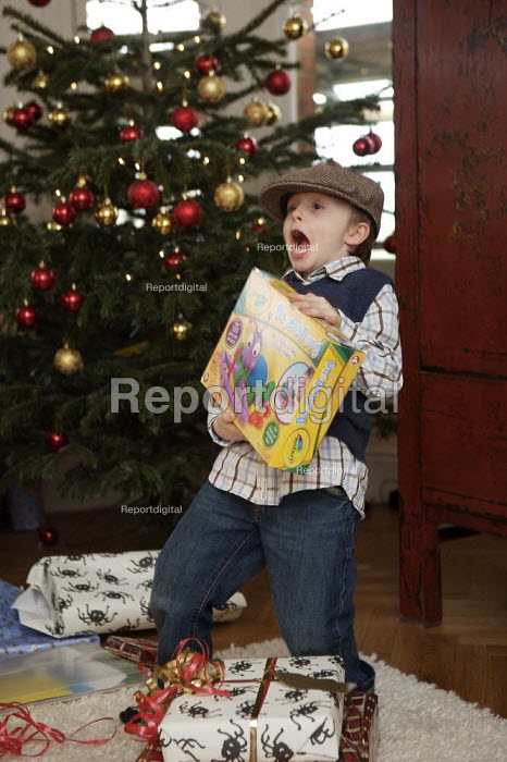 Child Opening Christmas Presents - Duncan Phillips - 2006-12-25