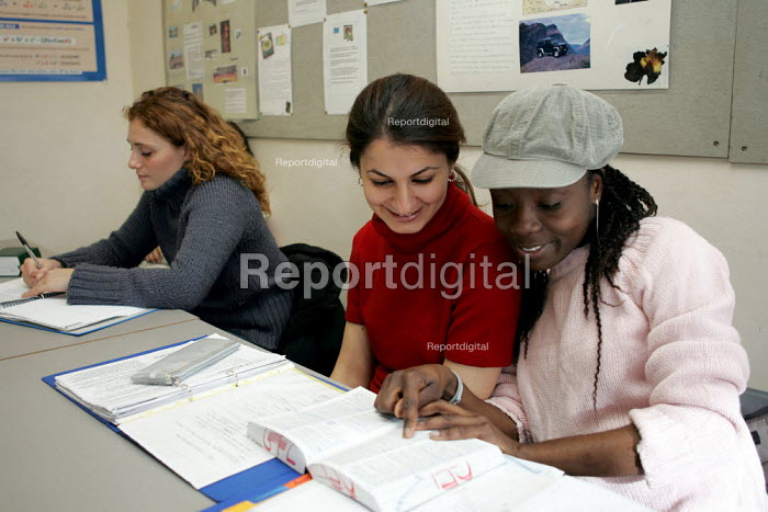 FE Students in classroom. Kingsway College London - Duncan Phillips - 2004-11-09