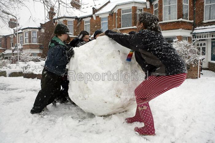 Making a gigantic snowball, London. - Duncan Phillips - 2007-02-08