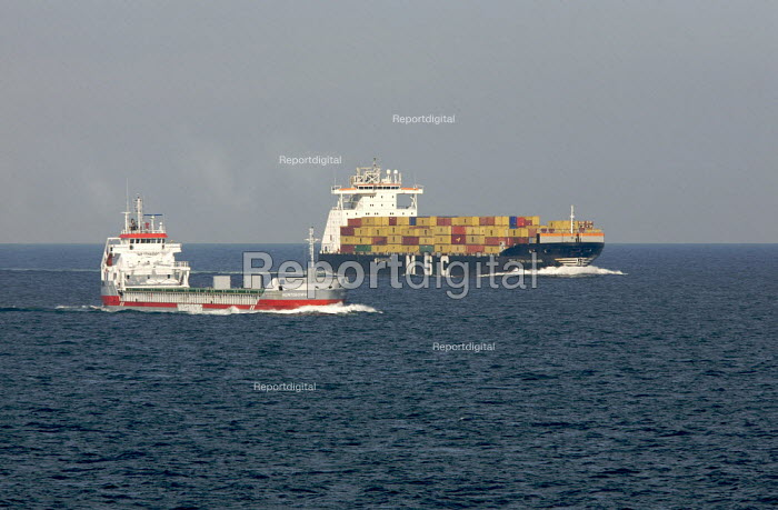 Container Shipping in the English Channel. Hunteborg and MSC Don Giovanni - Duncan Phillips - 2007-08-03