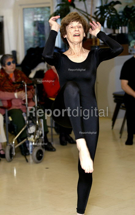 Pensioners participating in dance, music and social activities, Camden, London. - Duncan Phillips - 2005-09-05