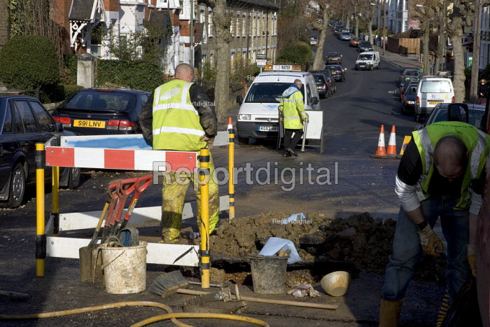 Scene of burst water main Barnet, London. A hosepipe ban has been introduced by three valleys water in the area. - Duncan Phillips - 2006-04-04