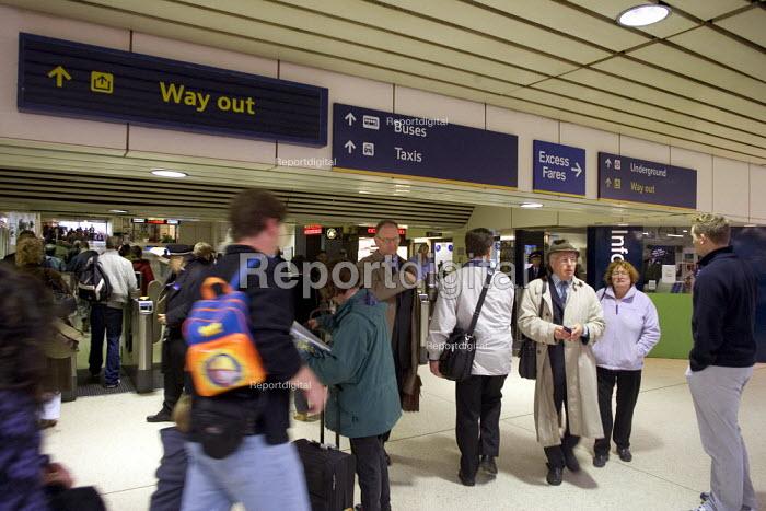Commuters at Euston Station, London - Duncan Phillips - 2005-05-23