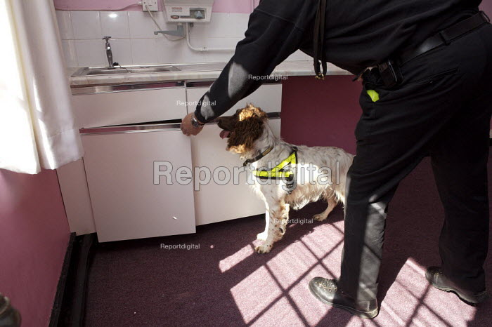 Police training sniffer dogs. - Duncan Phillips - 2007-08-09