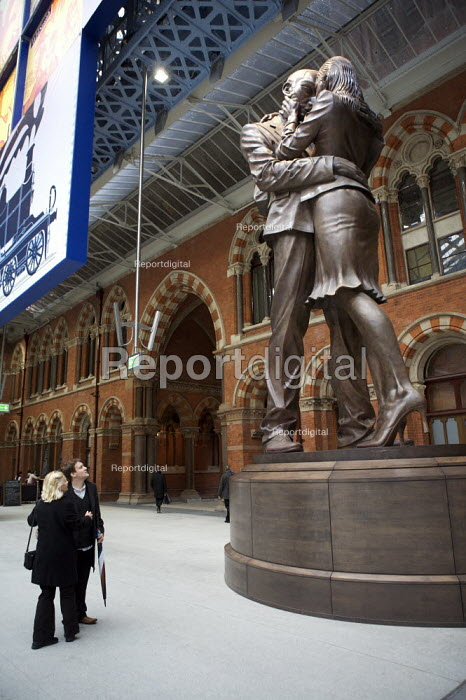 The Meeting Place by British artist, Paul Day. St Pancras international Station, London. - Duncan Phillips - 2007-12-10
