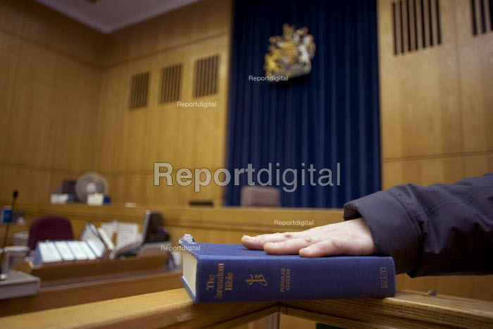 Camberwell Green magistrates' court, Witness with hand on the Bible - Duncan Phillips - 2006-03-13