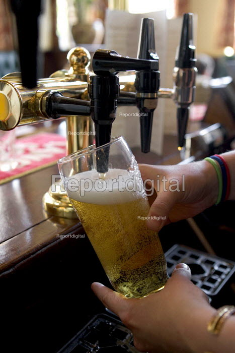 Pouring beer in a traditional English pub , London - Duncan Phillips - 2005-07-12