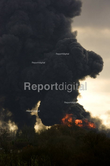 Plume of black smoke from the fire at Buncefield oil depot fire - Duncan Phillips - 2005-12-13