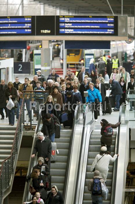 Commuters arriving at St Pancras international Station, London. - Duncan Phillips - 2007-02-14