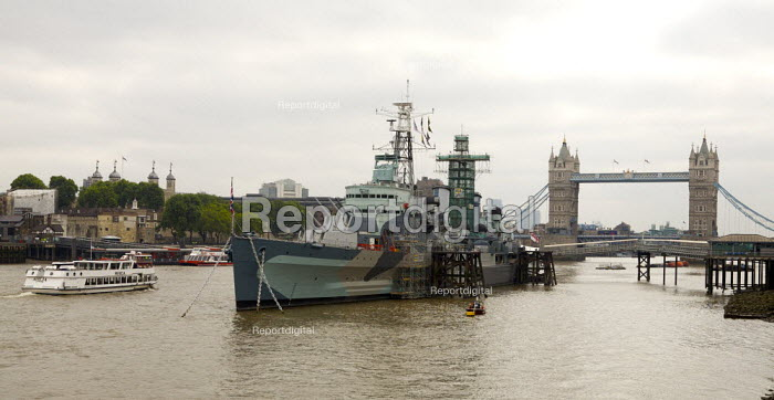 View of the Thames towards Tower Bridge, with HMS Belfast and river boat. - Duncan Phillips - 2007-06-06