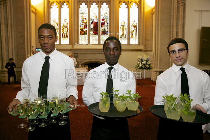 Waiters serving drinks, London. - Duncan Phillips - 2015-09-14