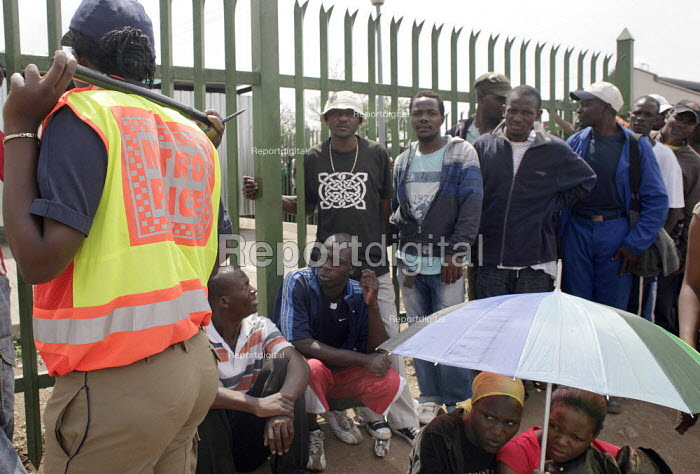 Marabastad Centre, Pretoria, South AfricInmigrants queue outside Marabastad Home Affairs Department in order to pick up the asylum papers. - Felipe Trueba - 2007-11-01