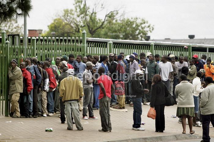 Marabastad Centre, Pretoria, South Africn Imigrants queue outside Marabastad Home Affairs Department in order to pick up the asylum papers. - Felipe Trueba - 2007-11-01