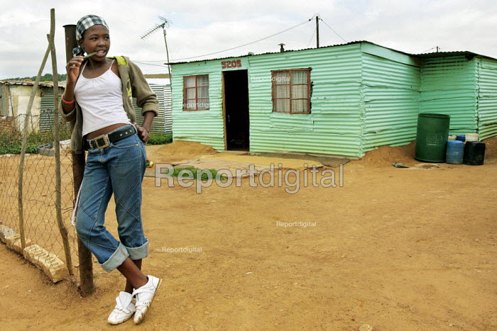Girl outside her house in a neighbourhood outside Johannesburg that has a large number of Zimbabwean people living there. South Africa. - Felipe Trueba - 2007-11-28