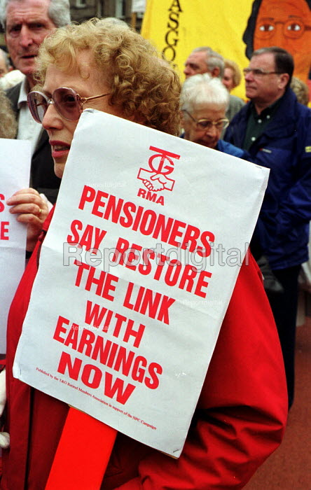 Pensioners protest against Government pension policy by marching through the streets of Glasgow on the day before the TUC opens in the city. - Gerry McCann - 2000-09-10