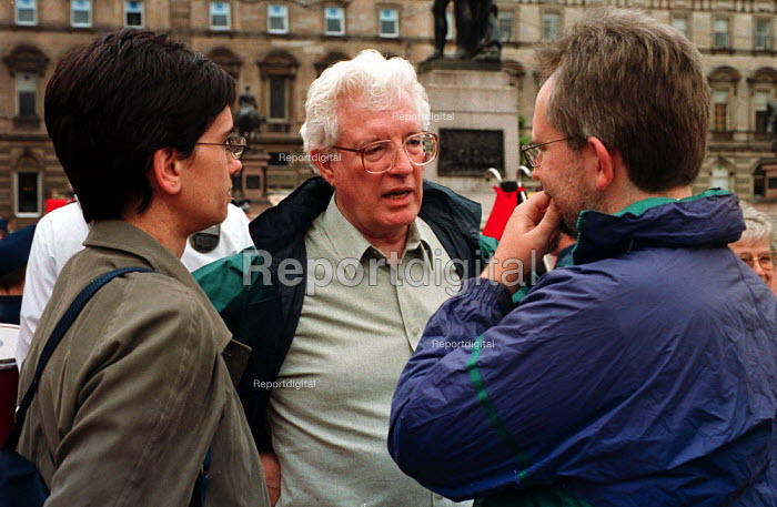 Rodney Bickerstaffe Unison joins pensioners as they protest against Government pension policy by marching through the streets of Glasgow on the day before the TUC opens in the city. - Gerry McCann - 2000-09-10