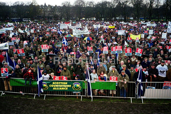 15,000 people march through Edinburgh in support of the Scottish Countryside Alliance. Protest against the banning of bloodsports like fox hunting and hunting with dogs - Gerry McCann - 2001-12-16