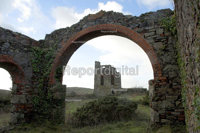 The ruins of South Tincroft Mine Engine House, Brae, Cornwall. The mine closed in 1921 - Geoff Crawford - 2006-01-20
