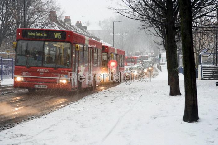 Traffic in the snow on Homerton Hill, Hackney, London - Geoff Crawford - 2007-02-08