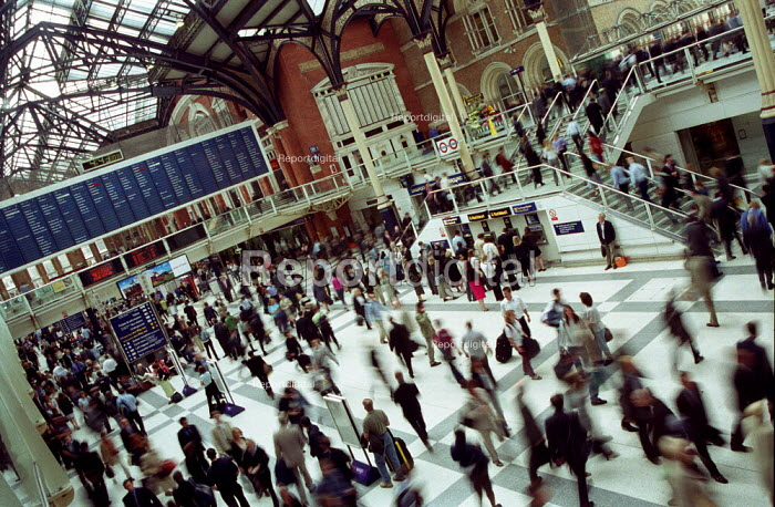 Commuters at Liverpool Street Station, London, at the beginning of the rush hour. - Geoff Crawford - 2002-07-12