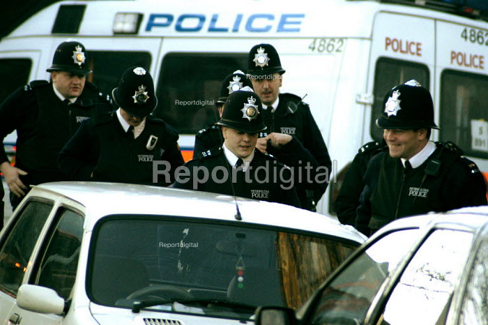 Police begin their shift at the flat under siege in Hackney, east London January 9, 2003. A 15-day stand-off between police and a gunman holed up in a flat became Britains longest running siege on Thursday. Government figures were released showing a big surge in armed crime. - Geoff Crawford - 2003-01-09