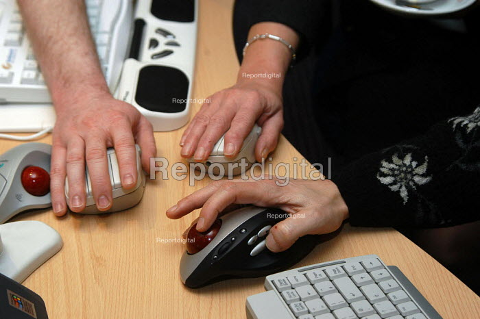 Delegates using an ergonomic mouse at the Repetitive Strain Injury Association (RSIA) conference in Nottingham 28 February 2003 - Geoff Crawford - 2002-02-28