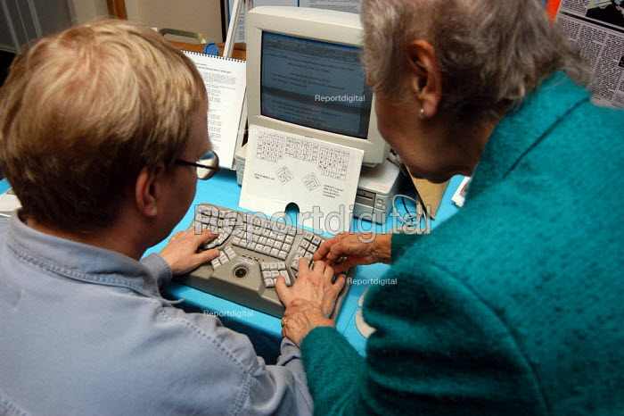 Delegate using a Maltron ergonomic keyboard at the Repetitive Strain Injury Association (RSIA) conference in Nottingham 28 February 2003 - Geoff Crawford - 2002-02-28