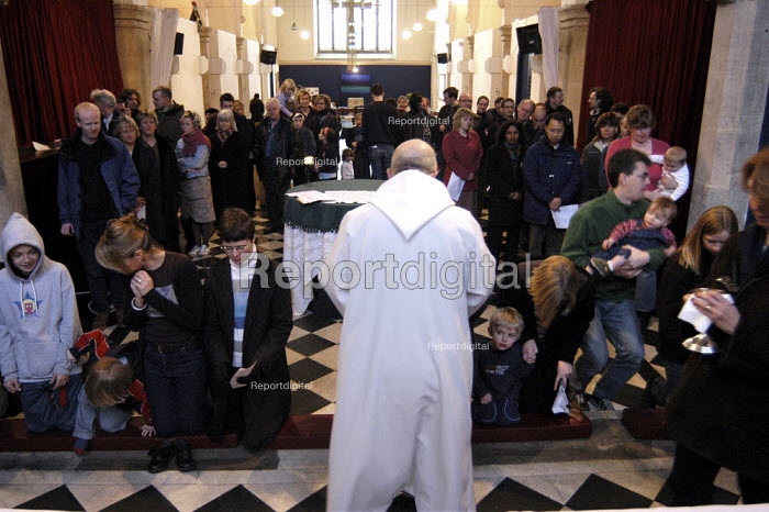 Reverend Dave Tomlinson presides over holy communion at St Luke's Church Holloway, London. - Geoff Crawford - 2003-02-16