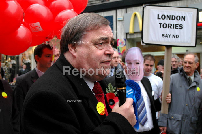 John Prescott campaigning for a yes vote in the devolution referendum for a North East Regional assembly. Newcastle-Upon-Tyne City Centre. - Geoff Crawford - 2004-11-02