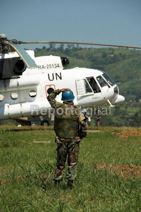 UN Soldier with helicopter at Mongbwalu airstrip, Democratic Republic of Congo. Congo is preparing for what should be the first free presidential elections since independence 45 years ago - Geoff Crawford - 2006-06-22
