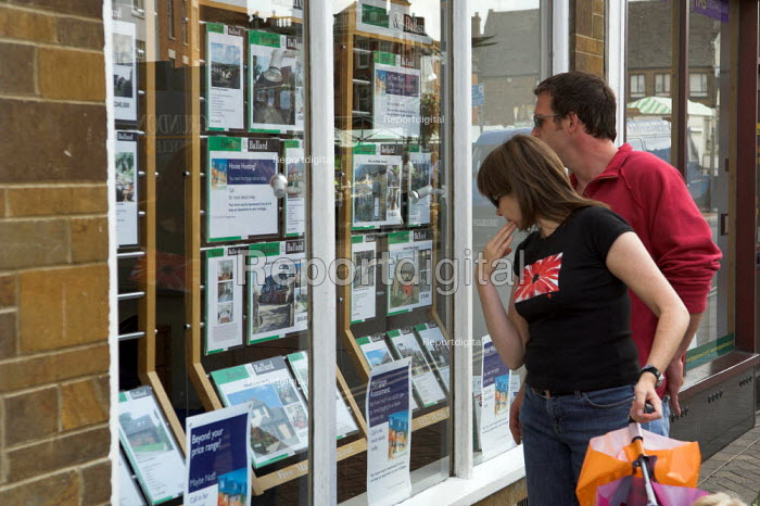 A couple look into an estate agents window in Banbury, Oxfordshire - Geoff Crawford - 2005-08-19