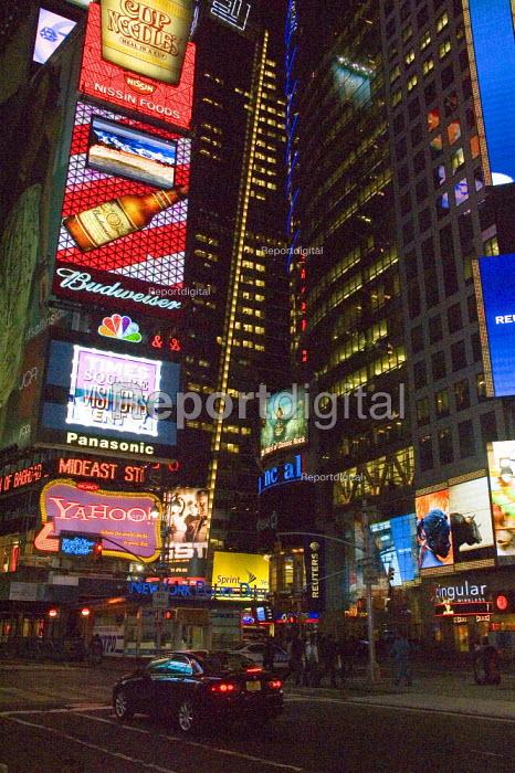 Advertising in Times Square, New York - Graham Howard - 2006-05-12
