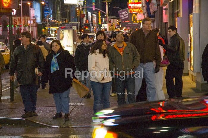 Crowds in Times Square, New York - Graham Howard - 2006-05-12
