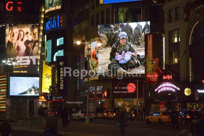 Street scene in New York Times Square showing advertising and news screens. - Graham Howard - 2006-05-12