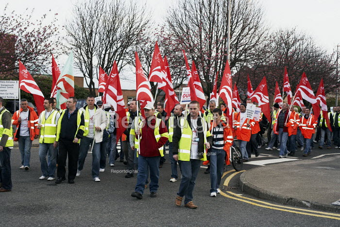 Members of Unite the Union walk out of the INEOS plant at Grangemouth at 6.00am. This marks the start of their two-day strike. - Gerry McCann - 2008-04-27