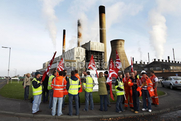 Members of Unite the Union walk out of the INEOS plant at Grangemouth at 6.00am and join the picket lines. This marks the start of their two-day strike. - Gerry McCann - 2008-04-27