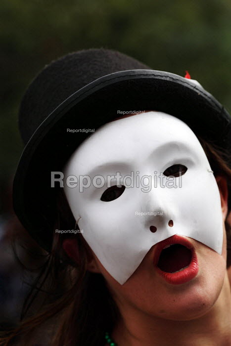 Thousands of artistes, including this ghoul and other ghosts, take part in the parade to mark the start of the Edinburgh Festival. - Gerry McCann - 2006-08-06