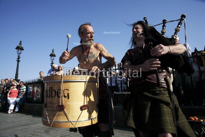 Street performers include these traditional Scottish musicians known as Ardbeg during the Edinburgh Festival. - Gerry McCann - 2006-08-13