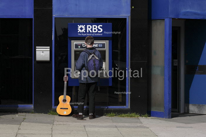 Members of the public use RBS cash machines or ATMs owned by the Royal Bank of Scotland, in Glasgow city centre. - Gerry McCann - 2006-06-07