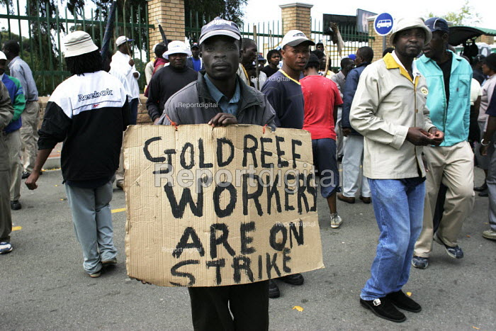 Members of SACCAWU picket. They are striking over victimisation claims and low pay, at the Gold Reef City Theme Park in Johannesburg. - Gerry McCann - 2005-04-20