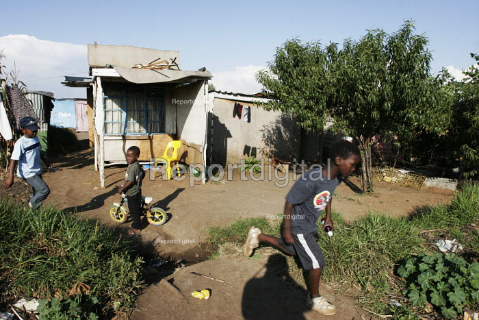 Children playing, in a shanty area in Johannesburg. - Gerry McCann - 2005-04-24
