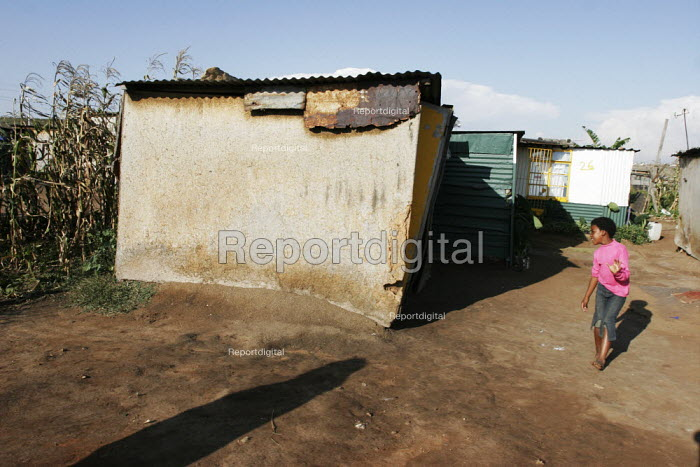 A girl looking into a house, in a shanty area in Johannesburg. - Gerry McCann - 2005-04-24